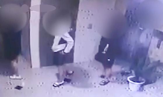 광주 북부경찰서는 지난 6월 19일 친구를 때려 숨지게 한 혐의(살인)로 A군 등 10대 4명을 검찰로 송치했다. 사진은 지난 9일 새벽 반지를 찾기 위해 사망한 친구가 있는 원룸에 다시 들어가는 모습. [뉴시스]