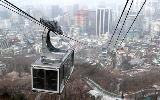 서울 남산 케이블카가 운행 중 펜스에 충돌하는 사고가 발생했다. [중앙포토]