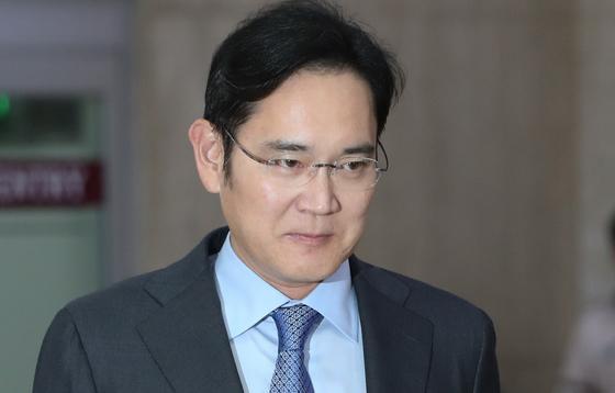 이재용 삼성전자 부회장이 일본 출장을 마치고 12일 서울 강서구 김포국제공항에 도착하고 있다. [뉴스1]