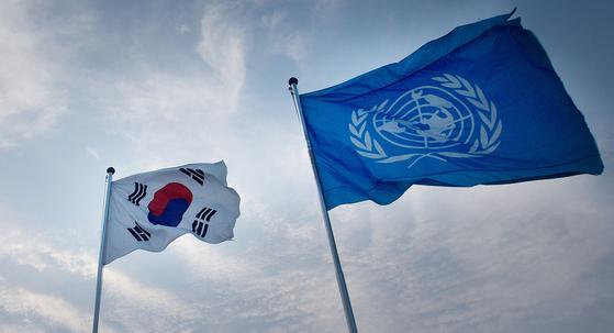 2013년 6월 비무장지대(DMZ)의 유엔기와 태극기. [연합뉴스]