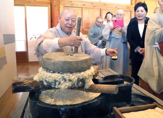 진관사 주지 계호스님이 12일 오전 서울시 은평구 진관사에서 콩을 갈아 두부를 만드는 과정을 시연하고 있다. 최승식 기자