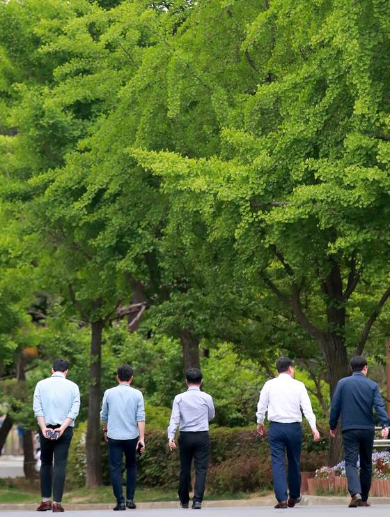 대부분의 사람이 몸을 움직여 농사를 짓던 사회에서 하루 종일 컴퓨터 앞에 앉아있는 시대가 됐다. 현대인들은 일부러 시간을 내어 걸으며 건강을 지키려 하지만, 정작 올바르게 걷는 사람은 많지 않다. 사진은 서울의 한 공원에서 직장인들이 점심시간에 산책을 즐기는 모습. [연합뉴스]