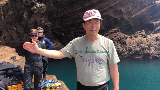 다이빙을 앞두고 문섬 47 회원들에게 쓰레기 정화 계획에 대해 설명하는 김병일씨. 천권필 기자