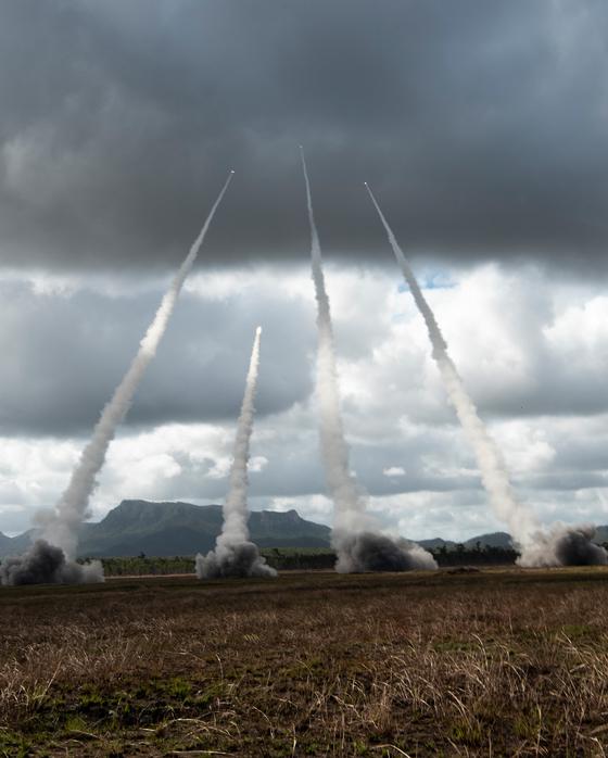 탤리즈먼 세이버 2019에서 미 육군과 해병대의 다연장 로켓 M142 하이마스가 실사격 훈련을 하고 있다. 이들 장비는 미 공군의 C-130을 이용해 호주로 긴급 이동했다. [사진 미 공군]