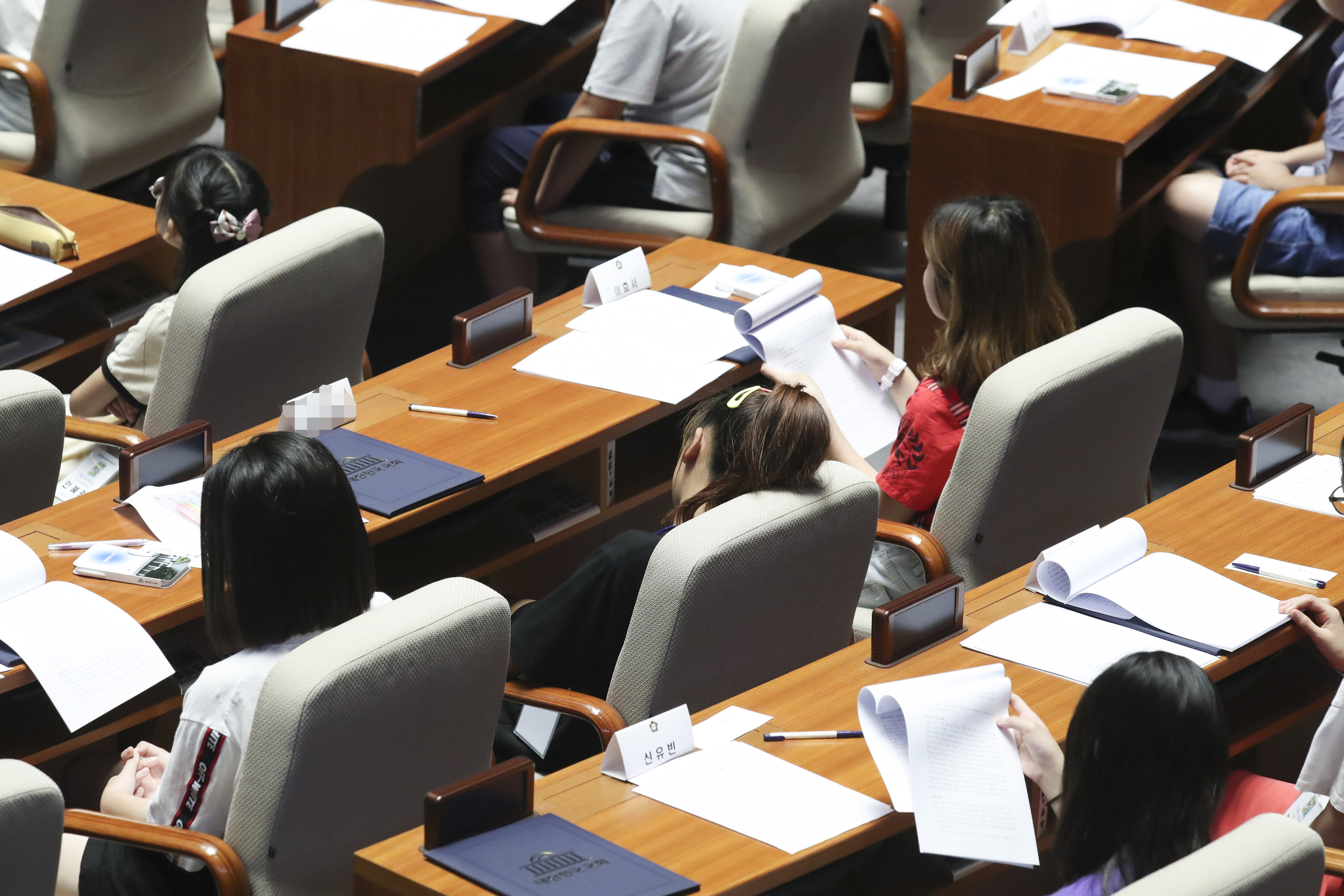 한 어린이 국회의원이 식곤증을 이기지 못하고 졸고 있다. 임현동 기자