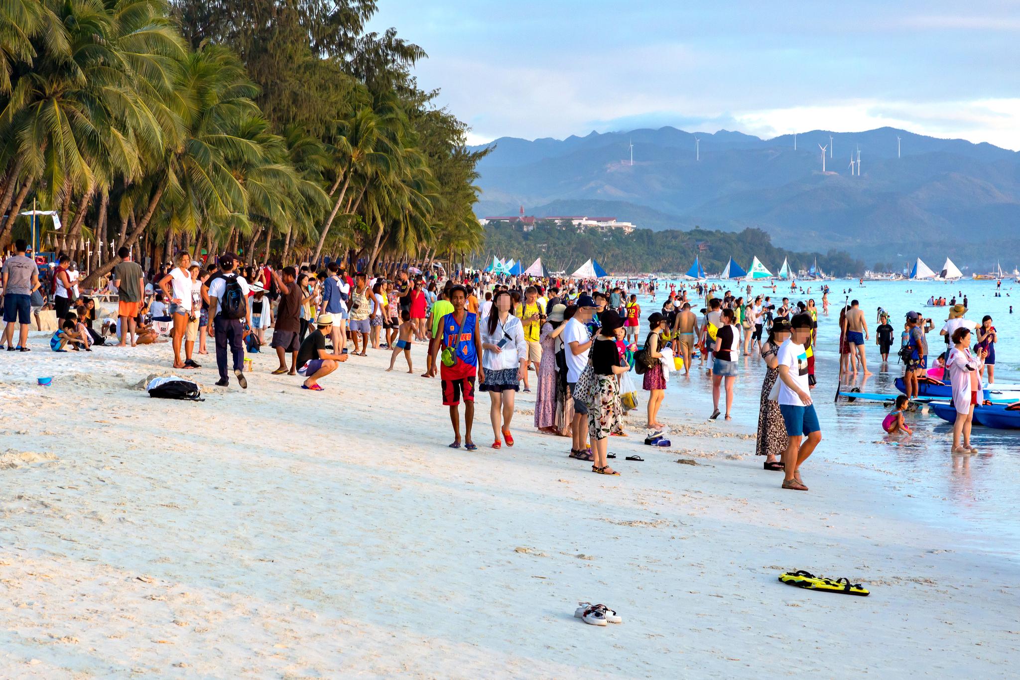 필리핀 보라카이 섬이 몰려드는 관광객들로 인해 환경 오염 문제가 심각해지면서 지난해 4월부터 6개월간 폐쇄됐다.폐쇄 전 화이트 비치에 모인 관광객들. [중앙포토]