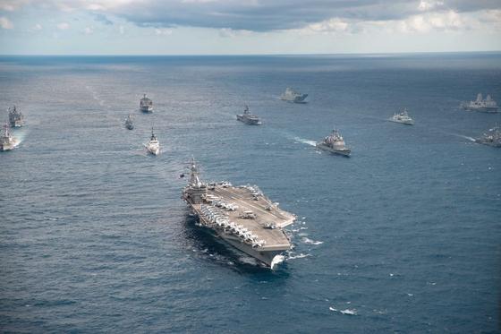 탤리즈만 세이버 2019에 참가한 다국적 전투함들이 미국 해군의 핵추진 항공모함 로널드 레이건함 주위에 포진한 뒤 항해하고 있다. [사진 미 해군]