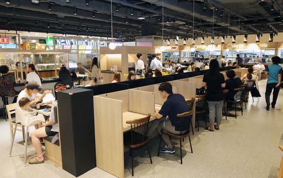11일 오후 이마트 남양주점 푸드코트에 마련된 1인석에서 방문객이 식사를 하고 있다. [사진 이마트]