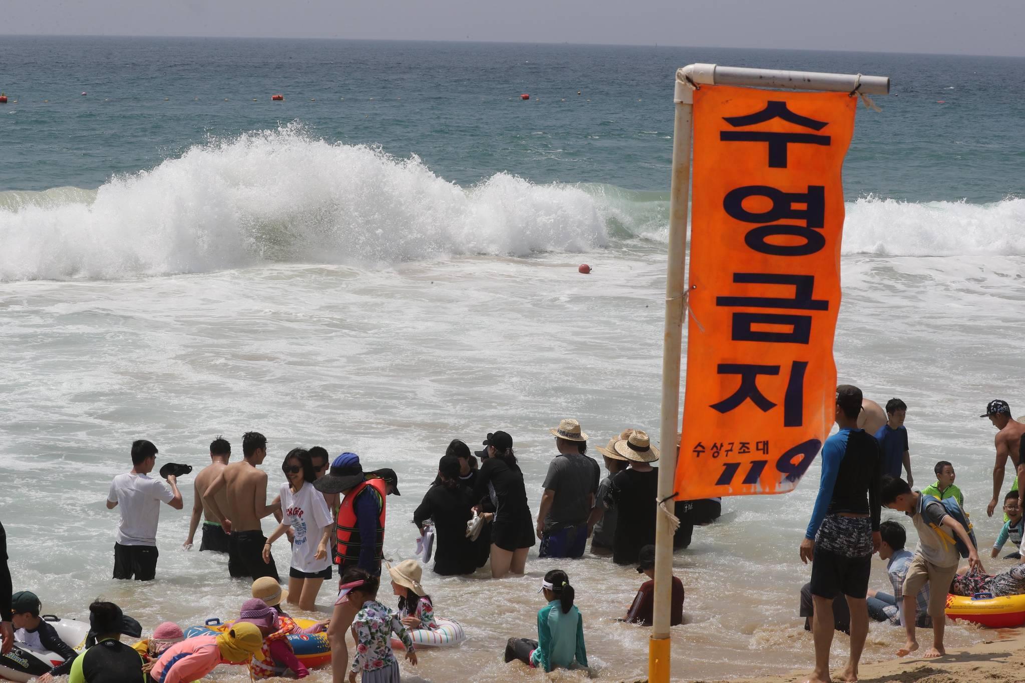 여름 휴가철 성수이인데도 이안류로 인해 수영이 금지된 부산 해운대해수욕장. [연합뉴스]