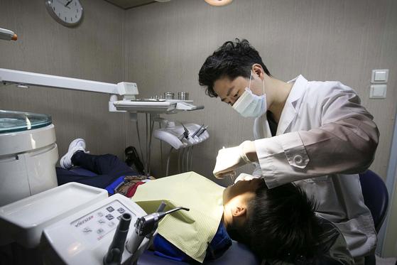 장영주 공중보건의가 치과 진료를 하고있다. 장진영 기자