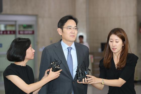 이재용 삼성전자 부회장이 일본 출장을 마치고 12일 서울 강서구 김포국제공항에 도착해 취재진의 질문을 받고 있다. [뉴스1]