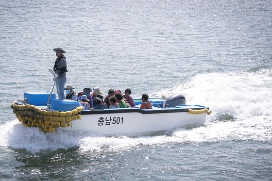 소형 보트로 이동중인 대난지도 주민들. 장진영 기자