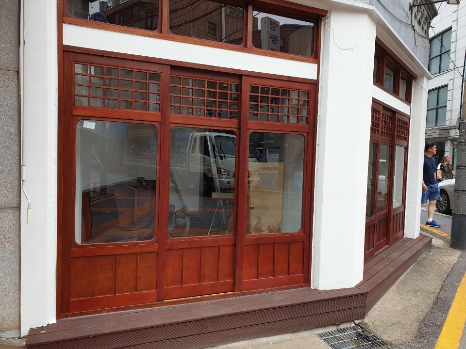 11일 서울 관악구 '샤로수길'에 해당하는 골목 곳곳에서 빈 상가를 찾아볼 수 있었다. 이태윤 기자