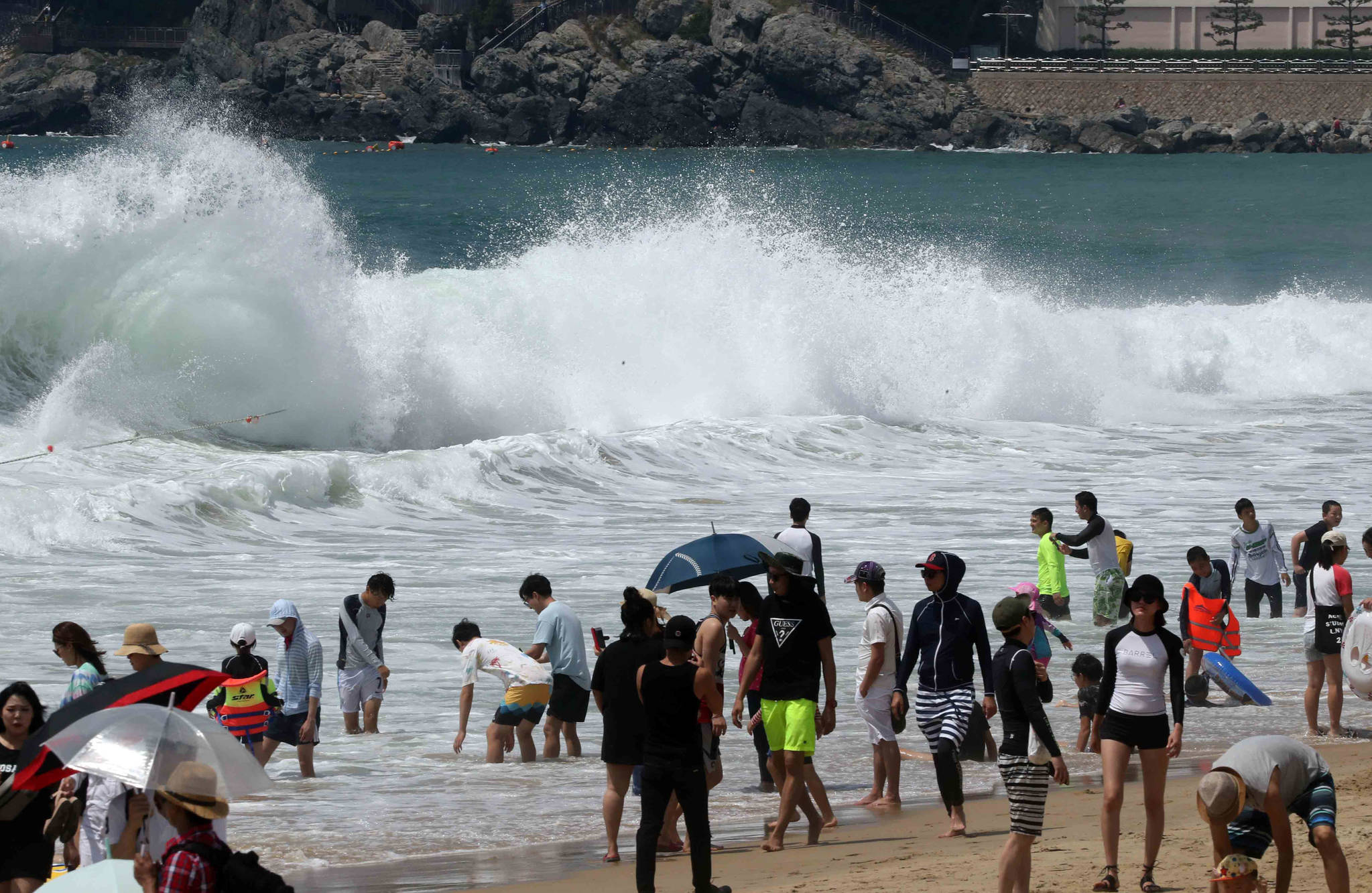이안류(역파도)가 발생해 피서객들의 입욕이 금지된 2017년 8월 1일 부산 해운대해수욕장의 모습. 이안류는 해류가 해안에서 급속하게 바다 쪽으로 빠져나가면서 발생한다. [중앙포토]