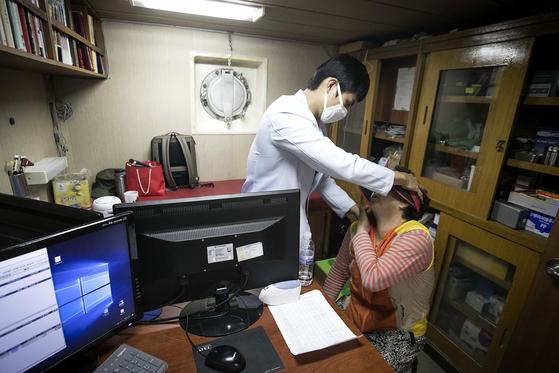 서동호 공중보건의가 진료를 하고있다. 장진영 기자