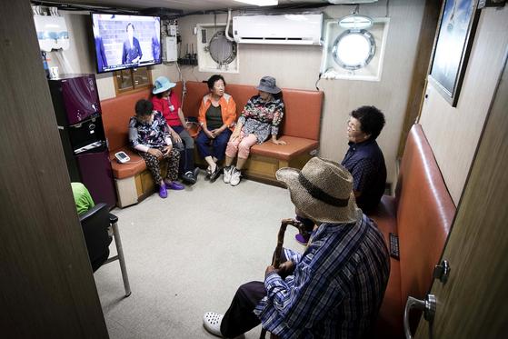 진료 대기중인 주민들. 장진영 기자