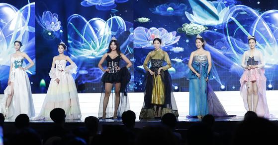 2018 미스코리아들이 11일 오후 서울 경희대 평화의 전당에서 열린 '2019미스코리아 선발대회'에서 한복 패션쇼를 선보이고 있다. [뉴스1]