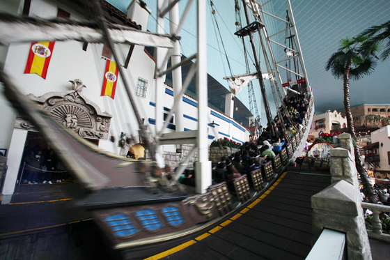 스페인 해적선. 뒷자리만 고집하지 않는다면 보다 빨리 탑승할 수 있다. [사진 롯데월드]