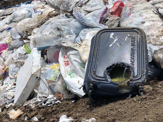 제주시 남원 매립장에 생활쓰레기가 방치돼 있다. 천권필 기자