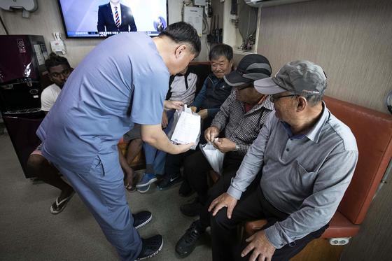 이용우 실장이 진료후 약을 나눠주고 있다. 장진영 기자