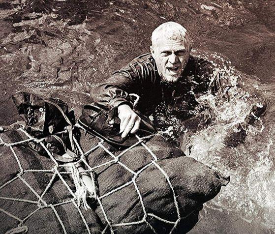 영화 '빠삐용(1973년)'의 한 장면. 주인공 빠삐용(스티브 메퀸)이 아자 열매를 담은 포대로 '악마의 섬'을 탈출하고 있다. [중앙포토]