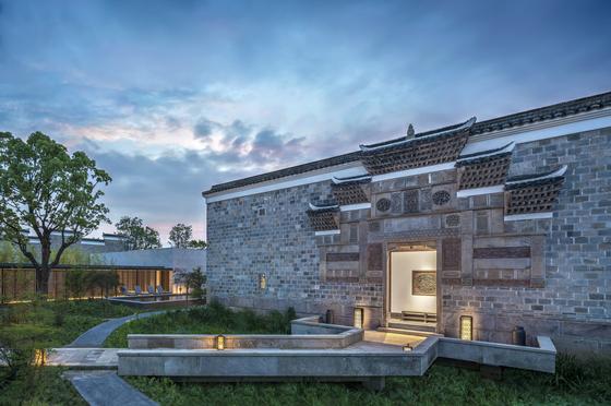 중국 상하의 외곽의 '아만양윤'은 자연과 역사가 어우러진 럭셔리 호텔 리조트다. 사진은 푸저우에서 옮겨온 건물을 복원한 앤티크 빌라. [사진 아만양윤 리조트]