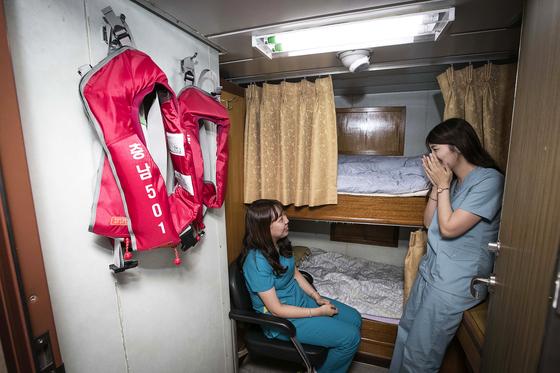 박소원 방사선사(왼쪽)와 채정원 간호사가 휴식을 취하고 있다. 충남501호 에서는 2인 1실로 숙소를 사용한다. 장진영 기자