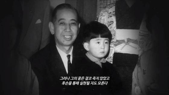 왼쪽부터 외할아버지인 기시 노부스케 전 일본 총리와 어릴 적 아베 신조 총리. [사진 시네마달]
