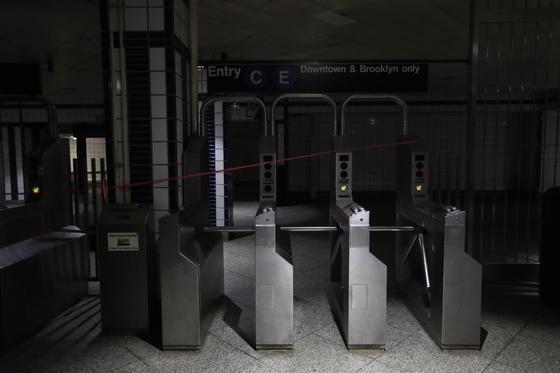미국 뉴욕에서 13일(현지시간) 대규모 정전사태가 발생했다. 이로인해 50번가 지하쳘역 C,E 입구가 어둠에 묻혀 있다. [AP=연합뉴스]