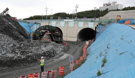 지난 11일 충남 보령시 대천항(신흑동)과 원산도를 연결하는 보령해저터널 입구에서 공사 관계자가 차량을 통제하고 있다. 국내 최장인 보령해저터널은 2021년 말 개통 예정이다. [사진 충남도]