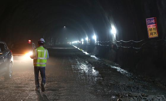 지난 11일 오후 충남 보령시 대천항(신흑동)과 원산도를 연결하는 보령해저터널에서 공사 관계자가 차량을 통제하고 있다. 국내 최장인 보령해저터널은 2021년 말 개통 예정이다. [사진 충남도]