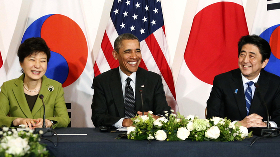 미키 데자키 감독의 다큐 '주전장'은 2015년 한·일 일본군 위안부 협상의 논쟁점을 조목조목 따졌다. 미국과의 관계도 비중 있게 다룬다. 사진은 한 해 앞서 2014년 핵안보정상회의 개최지인 네덜란드 헤이그 미국대사관저에서 열린 한미일 정상회담 모습이다. [사진 시네마달]