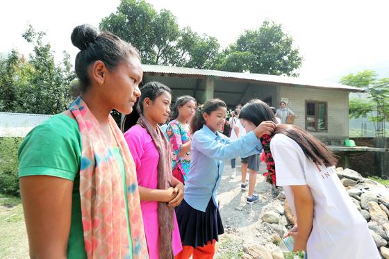 16일 헤퍼 장학금수여식이 열린 네팔 치트완 틴도반학교에 장학금을 받은 체팡족 소녀들이 한국청소년들을 맞이하고 있다. 최승식 기자