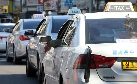 서울 용산구 서울역 택시 승강장에 택시가 줄지어 서있다. [중앙포토]