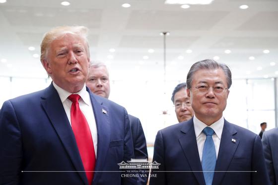 문재인 대통령과 도널드 트럼프 미국 대통령이 30일 오후 판문점에서 김정은 북한 국무위원장과의 회동을 마친 후 취재진의 질의에 답하고 있다.(청와대 페이스북) 2019.6.30/뉴스1