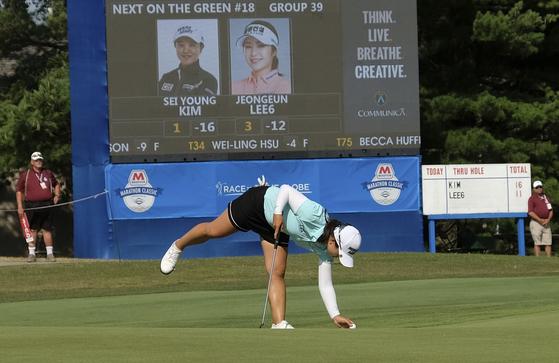 김세영이 14일 열린 LPGA 투어 마라톤 클래식 3라운드 18번 홀에서 퍼트를 넣은 뒤 공을 집어올리고 있다. [AP=연합뉴스]