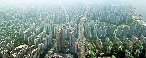 서울시는 주택(50%)과 건물, 선박, 항공기에 대한 재산세 납부를 16일부터 시작한다고 밝혀다. 강남 3구의 재산세 규모가 6770억으로 전체의 37.6%를 차지했다. 사진은 서울시내 아파트 단지. [뉴스1]