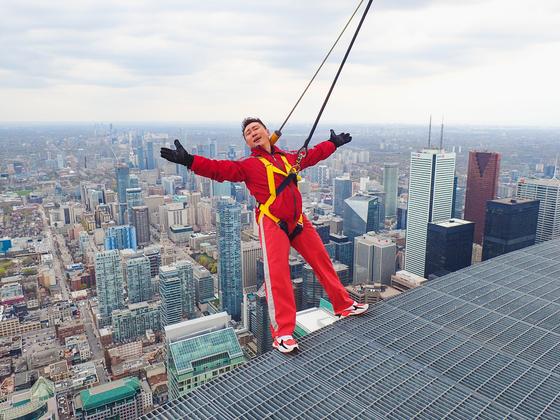 개그맨 이승윤이 토론토의 상징인 CN타워에서 엣지 워크를 체험하는 모습. [사진 CN타워]