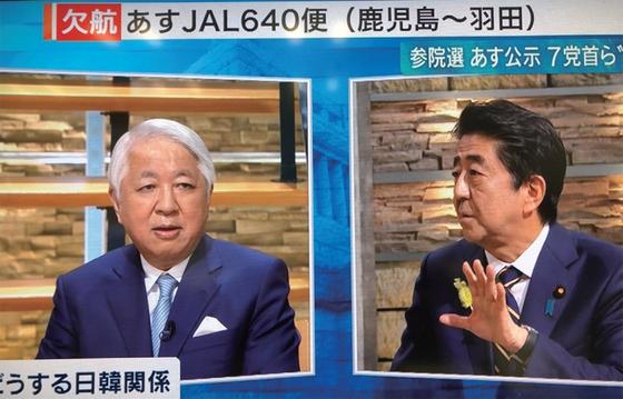 아베 신조 일본 총리(오른쪽)가 7월 3일 밤 TV아사히에 출연해 해설자 고토 겐지와 한일관계에 대해 토론하고 있다 / 사진:TV아사히 화면 캡처