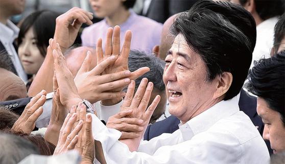 참의원 선거가 고시된 7월 4일 아베 신조 일본 총리가 동일본 대지진의 피해를 본 후쿠시마현에서 첫 유세에 나서 지지자들과 인사하고 있다. 일본 정부는 이날 0시부터 일본 업체가 반도체 소재 3개 품목 등을 한국 기업에 수출할 때 절차를 까다롭게 하는 제재를 시작했다. / 사진:연합뉴스