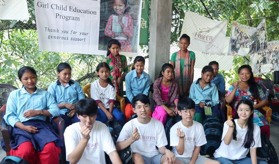 16일 네팔 치트완 틴도반학교에 열린 장학금 수여식을 마치고 한국학생들과 네팔학생들이 기념사진을 찍고 있다. 앞줄 왼쪽부터 권혁준, 장원영, 정이준, 임수빈 학생. 최승식 기자