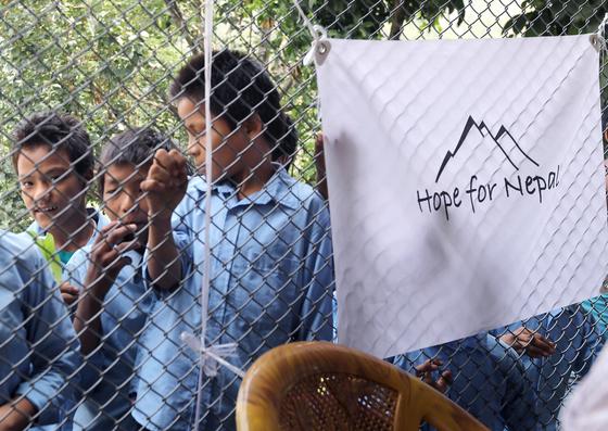 16일 열린 장학금 행사를 구경하는 틴도반 학생들. Hope for Nepal은 2015년 네팔 지진 후 피해를 입은 현지 학생들을 돕기 위해 한국 청소년들이 자발적으로 만든 지원단체다. 최승식 기자