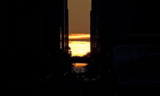 미국 뉴욕 대규모 정전으로 불이 꺼진 42번가 너머로 해가 지고 있다. [AFP=연합뉴스]