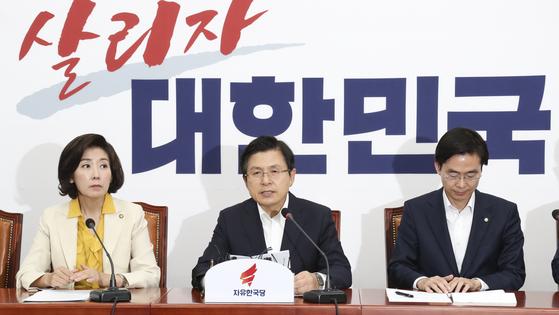 황교안 자유한국당 대표(가운데)가 8일 국회에서 열린 최고위원회의에서 발언하고 있다.[ 임현동 기자]