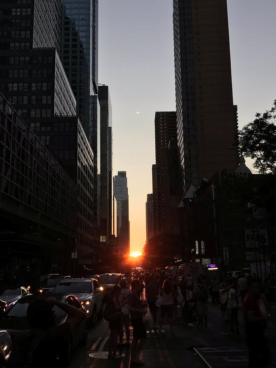 13일(현지시간) 대규모 정전사태가 발생한 미국 뉴욕 맨해튼 빌딩 숲사이로 해가 지고 있다. [로이터=연합뉴스]