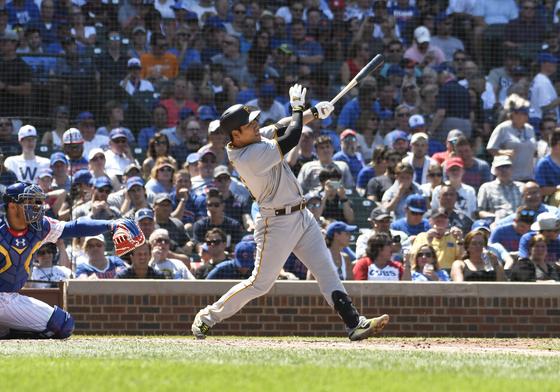 14일 시카고 컵스전에서 홈런을 날리고 있는 강정호.[AP=연합뉴스]