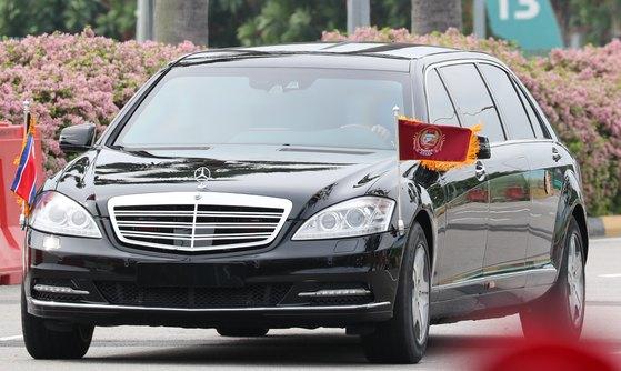 김 위원장이 지난해 싱가포르에서 열린 북미정상회담 중 탑승한 차량은 4·27 판문점회담 때 '인간방패' 경호원들이 에워싸며 남과 북을 오갔던 벤츠 리무진 차량이다. [뉴스1]