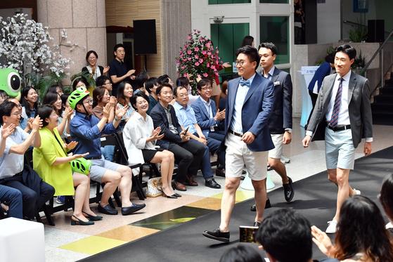 8일 오후 경기도 수원시청 로비에서 열린 '즐거운 반바지 패션쇼' 모습 [사진 수원시청]