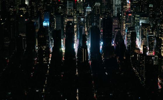 13일(현지시간) 미국 뉴욕에서 발생한 대규모 정전사태로 맨해튼 어퍼웨스트 사이드와 미드타운 인접 지역이 어둠에 휩싸여 있다. [AFP=연합뉴스]