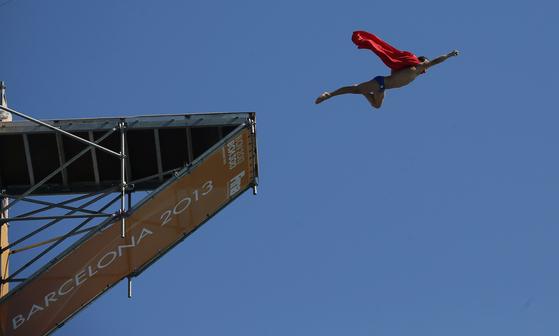 스페인 바르셀로나에서 열린 2013 세계수영선수권대회 남자 27m 하이다이빙에서 한 선수가 수퍼맨 복장을 하고 뛰어내리고 있다. [중앙포토]